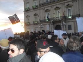 Tra la folla al Funerale di Taranto: la gente vorrebbe far Evacuare l'Ilva, Demolire gli impianti inquinanti, Delocalizzare verso una economia green i lavoratori riqualificandoli e ricollocandoli, Deportare tutte le fonti di inquinamentofossile