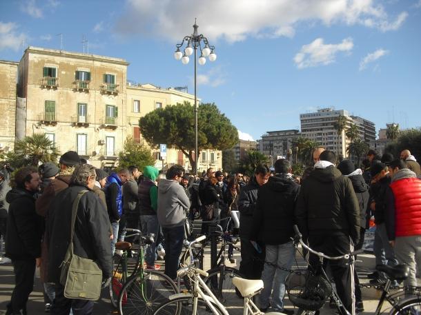 Biciclette in Piazza Castello all'assemblea pubblica