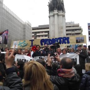 """""""Solo le nostre mani sulla nostra città"""", uno striscione di bimbi. Lo spirito del 7 aprile di Taranto contro la legge """"Salva Ilva"""". Aspettando la CorteCostituzionale."""