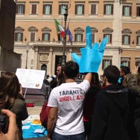 """Contro la """"Salva Ilva"""". Un avvocato contro tutti. Un sit-in di tarantini a Montecitorio. In difesa della Costituzione, a Roma il 9aprile."""