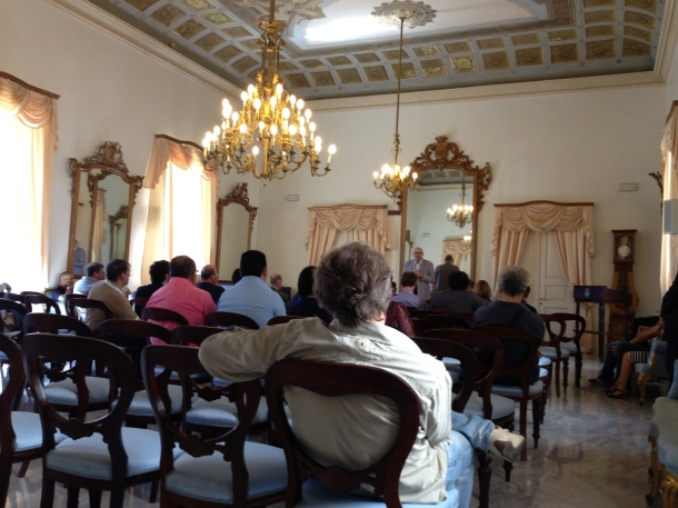 Valentino Losito in piedi, al tavolo con altri consiglieri Odg Puglia