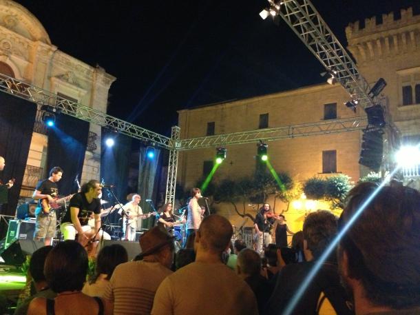 Orchestra dello Scorpione. Alla destra, il Palazzo D'Ayala di Carosino