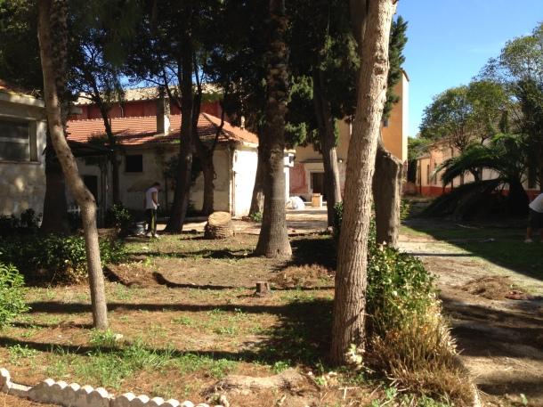 A sinistra i 3 baraccamenti, a destra area demaniale