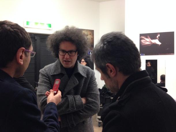 Dietro le quinte del TaTA', ai Tamburi, in quel momento, stava parlando con i colleghi Gianni Spada a destra, Alessandro Salvatore, a sinistra