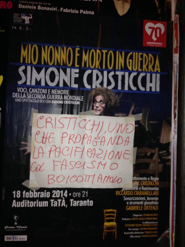Messaggio comparso in Via Dante Alighieri a Taranto.