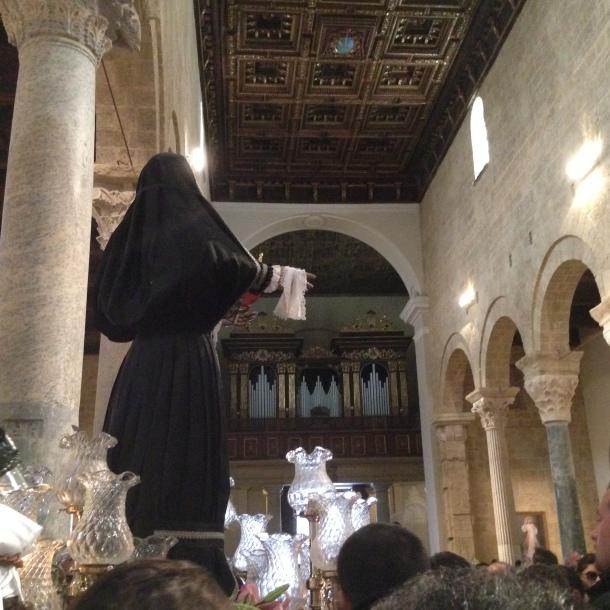 Decisione presa, si torna in San Domenico invertendo i simboli del pellegrinaggio, con la statua in testa