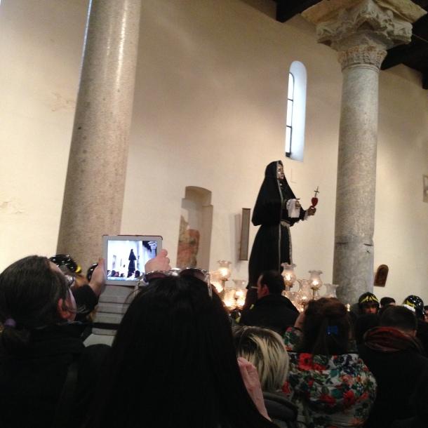 Una costante, smarphone e tablet puntati sui Riti e sulla Madonna dell'Addolorata con il vestito nuovo