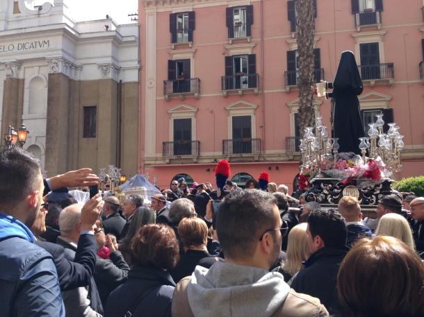 E con il sabato santo, i Sacri Misteri tornano col sole. Altra statua, altra processione.