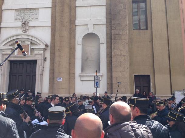 """Il maestro Giuseppe Gregucci dirige L'Orchestra di Fiati Santa Cecilia, nell'esecuzione di """"Jone"""", in mezzo alla folla al rientro dei Sacri Misteri"""