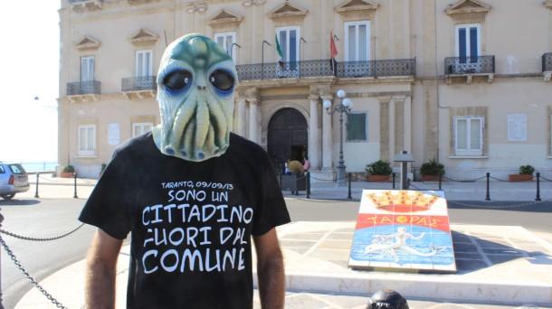"""Sotto quella maschera, Gianni Raimondi, artista dotato di grande ironia. Era il Presidio permanente """"Fuori dal Comune"""" di Taranto"""