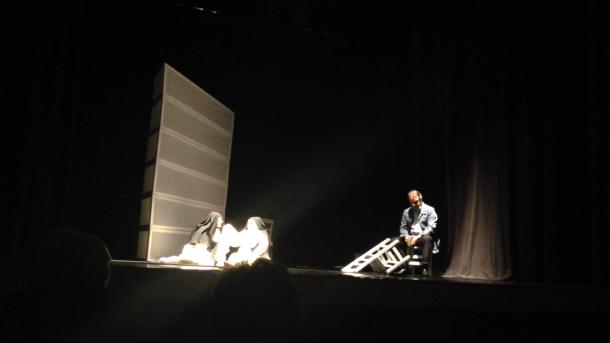 Nella scena gli attori nei panni di due suore e Giovanni Testori