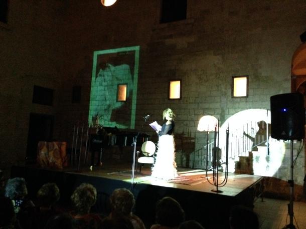 Sul palco, Francesca Marseglia, ricorda la vita della Fougez