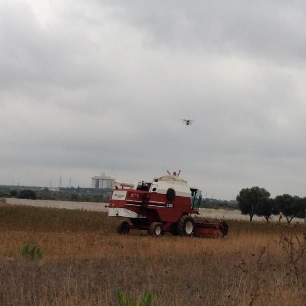 Drone sopra la mietitrebbia