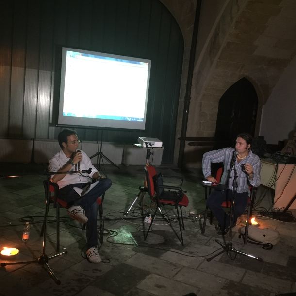 Luigi Pignatale e Pasquale Vadalà a Palazzo Galeota il 13 agosto ormai, atto finale dell'Isola che vogliamo del 12 agosto, alle prese con l'assenza imprevista di corrente elettrica.
