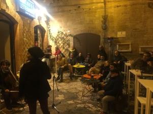 Gli artisti di Corners perlustrano l'isola di città vecchia e si imbattono negli Yaraka Ensamble